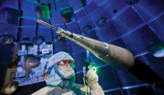 """美国科学家首次实现""""消耗超出产出""""的核聚变反应,即核聚变产生的能量超过引发核聚变所需的燃料。这一研究成果让科学家距离实现自持核裂变梦想再近一步。自持核裂变可以产生几乎无限多的能量,人类从此无需再为能源问题担忧"""