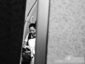 空姐飞机上玩手机