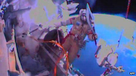 俄罗斯宇航员奥列格・科托夫(Oleg Kotov)携索契冬奥会火炬进行奥运火炬的首次太空行走