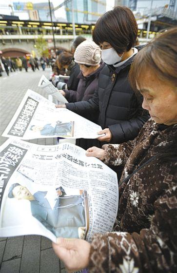 2013年2月,日本民众在阅读日本报纸的号外。