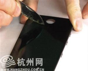 好奇实验室曾经实测,用小刀刮一台iPhone手机的屏幕,没有划花。