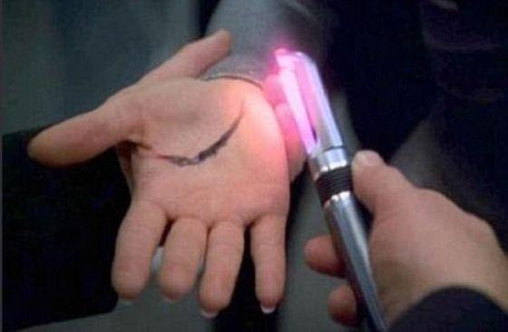 在《星际迷航》中也有类似的情景,飞船的船员使用一种手持式设备可以使伤口快速愈合