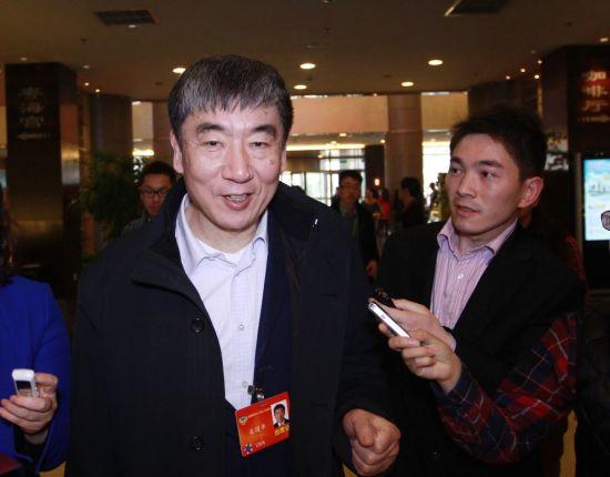 中国移动董事长奚国华在全国政协十二届二次会议现场接受记者采访