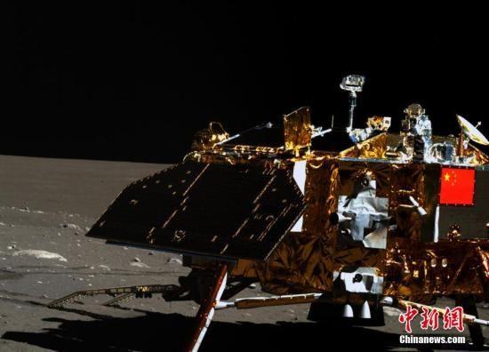 """资料图:2月23日凌晨,嫦娥三号着陆器再次进入月夜休眠。此前,""""玉兔号""""月球车于2月22日午后进入""""梦乡""""。""""玉兔号""""月球车在第三月昼开展了定点探测,图为其搭载的全景相机(左相机)获得的着陆器及月面彩色图像。中新社发 国防科工局供图"""