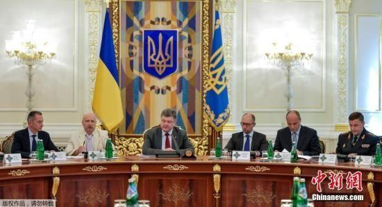 """资料图:当地时间2014年7月17日,乌克兰基辅,乌克兰总统波罗申科发表讲话,强调乌克兰军队并没有针对任何空中目标采取行动。他随后指出,坠机事件并非""""天灾"""",而是一次恐怖活动。"""