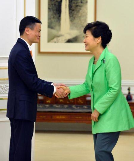 图为朴槿惠与马云(左)(图片来源:韩联社图片)
