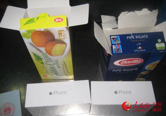 在蛋黄派盒子里藏匿的iPhone 6。(深圳皇岗海关供图)