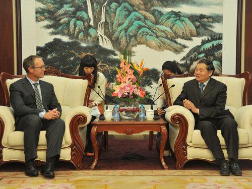 图为:工信部副部长杨学山会见高通总裁艾波力