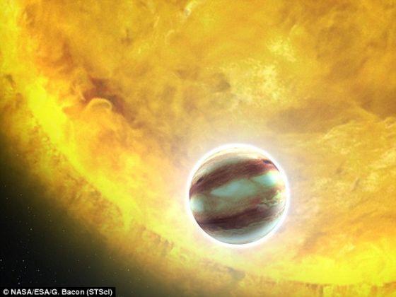 """这张艺术示意图展示的是围绕其他恒星的""""热木星""""的可能模样。这些巨大的行星体已经被发现了很多,它们的大小超过木星,但轨道距离却比水星更加靠近恒星,这让它们温度很高,是科学家们非常感兴趣的研究对象。"""