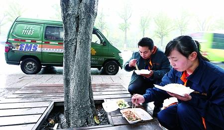 美媒:中国快递员抱怨工作累薪水低,四成一年内转行
