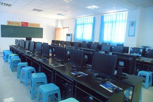 而为了方便管理,以及便于重装系统,教师用机只安装了windows xp,如果