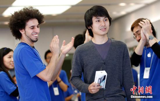 10月14日, iPhone 4S在全美各大蘋果零售店以及澳大利亞、加拿大、法國、德國、日本和英國正式上市。圖為日本東京蘋果專賣店,店員為iPhone 4S手機的第一個購買者鼓掌。