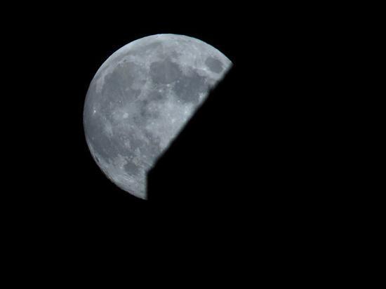 月亮恢复了本来面目——黑白