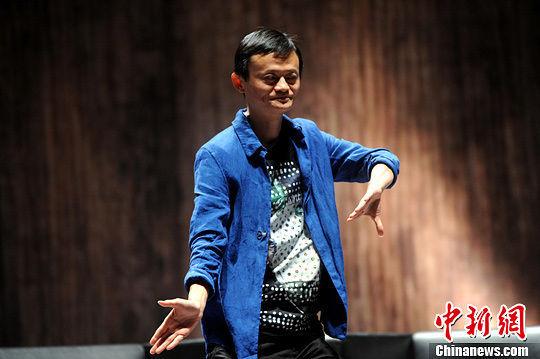 6月30日,阿里巴巴创办人马云表演太极助兴。中新社发 谭达明 摄