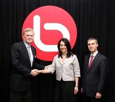 AOL CEO兰迪・法尔科(左)与Bebo现任总裁乔纳・谢尔兹(中)握手
