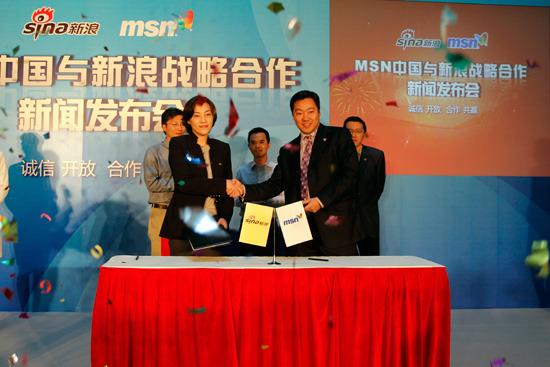MSN中国总经理刘振宇与新浪COO杜红握手