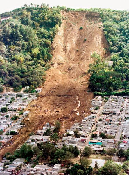 圣萨尔瓦多发生的一次里氏震级7.6级地震引发了一场毁灭性的山体滑坡。