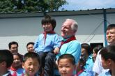 贝瑞特与小学生在一起