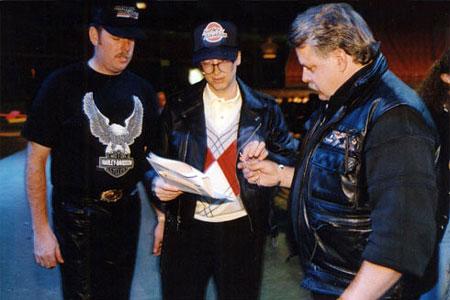 科技时代_图文:盖茨为哈雷摩托车迷签名
