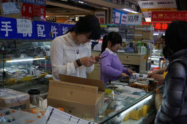顾客在购买电子产品