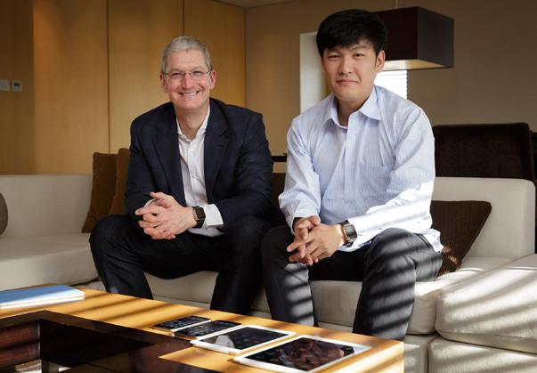 苹果公司CEO库克(左)在北京接受新浪科技专访