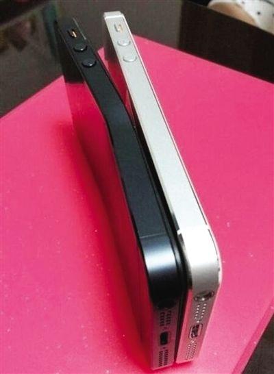 网友上传的图片中,弯曲的iPhone 5(左)与正常手机对比。