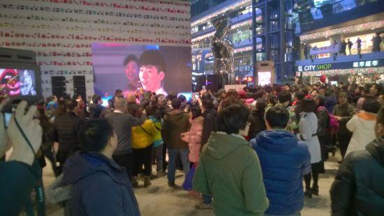 北京侨福芳草地购物中心中国电信组织的快闪活动现场