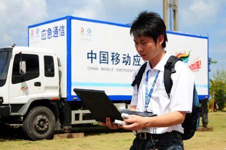 图文:应急通信车已到位技术人员测试信号