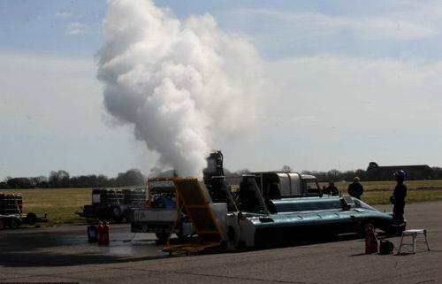 英国男子造最快蒸汽车重3吨有12个锅炉(图)