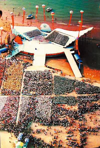 图为:2000年空中俯视海边万米展览现场