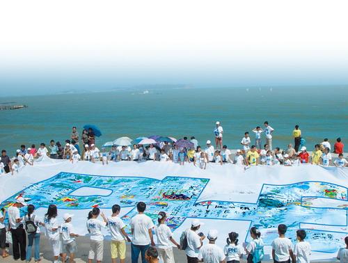 图为:蓬莱海滨巨幅主题创作