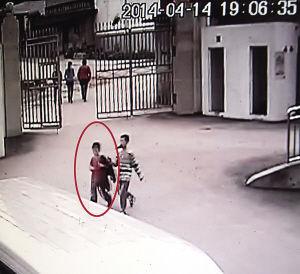 监控记录到刘俊麟和一个大孩子19时06分35秒的场景