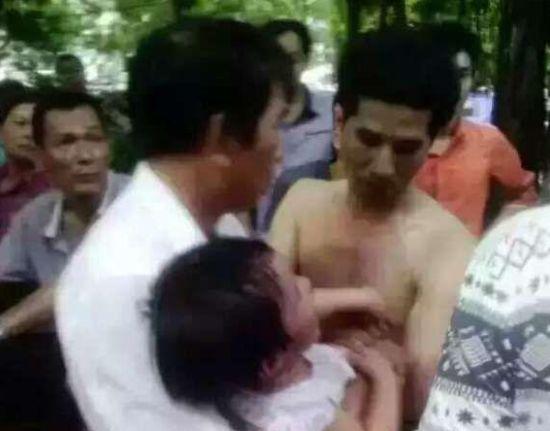 男子抱走2岁娃被千人围堵