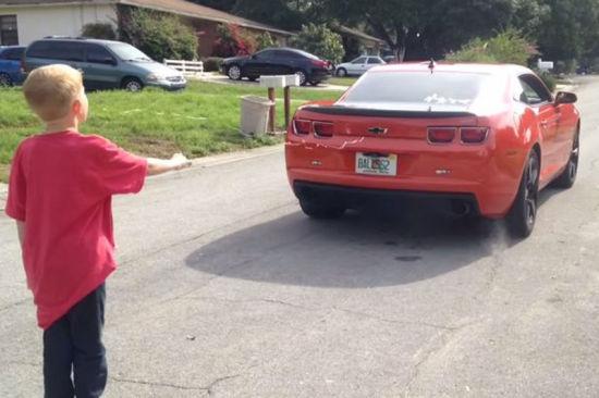 美国的一位父亲驾驶跑车,为自己八岁大的儿子拔牙。