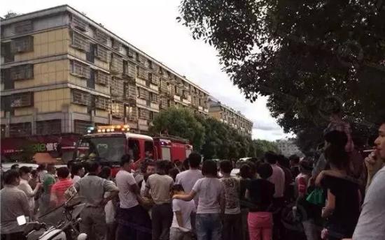 发现男童被锁车内,大量民众围观,民警和消防车都来了