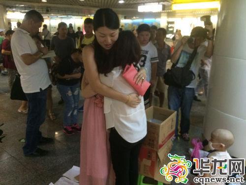 一位热心市民在为陈得娟捐款后,拥抱了她。 实习记者 艾俊锋 摄一位热心市民在为陈得娟捐款后,拥抱了她。 实习记者 艾俊锋 摄