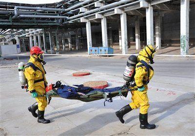 在氰化物,救援人员应当穿连衣式胶布防毒衣。