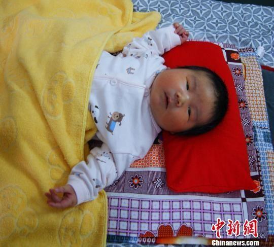 平泉县出生的12.4斤重巨婴 焦杨卓玛 摄