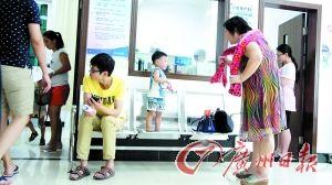高龄孕产妇科室门外很多带着孩子的妈妈在排队等待检查。