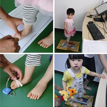 图6-1 由专业人员为孩子测量脚的长度和围度