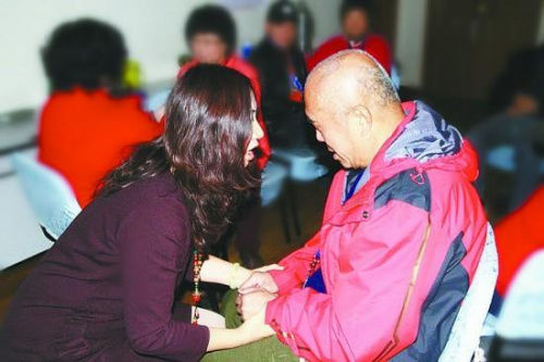 志愿者为失独家庭进行心理帮助。资料图片