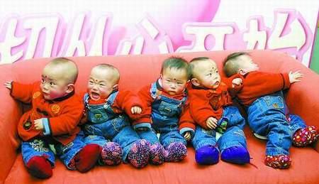 图为活泼可爱的五胞胎.赵永辉摄