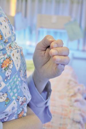 宝宝打嗝该怎么拍背?(图)+_营养