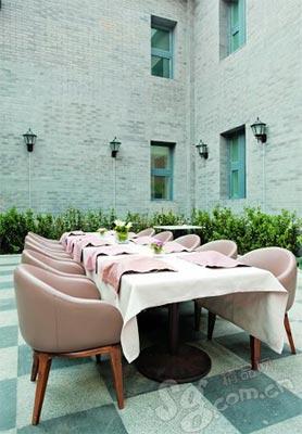 餐桌在极敞亮的空间里舒适地放着