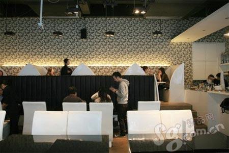 简洁的设计还有彩绘墙将餐厅的感觉打造的时尚和简洁
