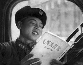 雷锋车场上学习毛泽东选集