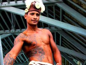 拥有健壮肌肉和俊美纹身的男人