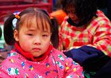 集市上玩耍的四岁姑娘