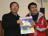 冯会长为知识竞赛获胜者颁奖