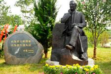 柏杨先生铜像全景